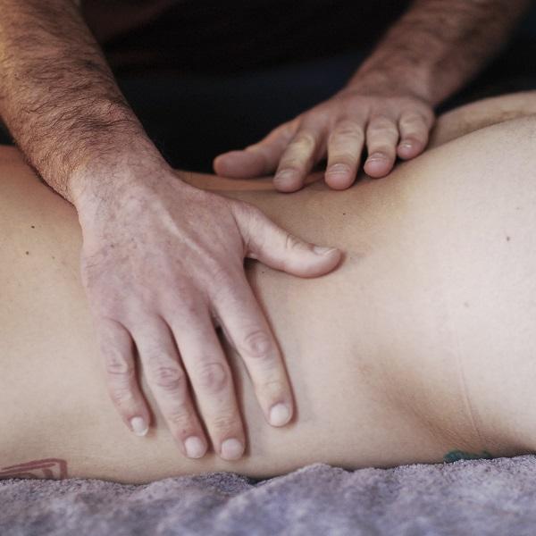 A10 - Massage tantrique  dos, par Bruno Deck, masseur tantrique à Perpignan © Hélène Toulet