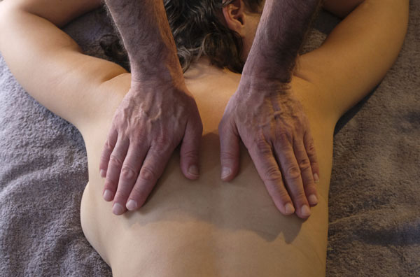 A3-Photo de dos, par Bruno Deck, masseur tantrique à domicile © Hélène Toulet