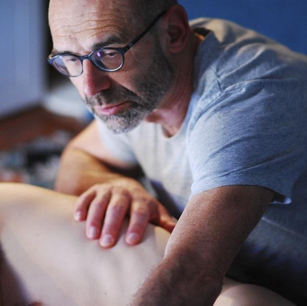 MT1 - Un masseur en action Bruno Deck (Matanoma) - Massage tantrique Perpignan ©Hélène Toulet
