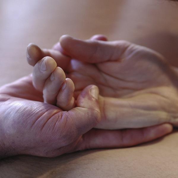 MT10 - Massage de main, par Bruno Deck - Massage tantrique à domicile © Hélène Toulet