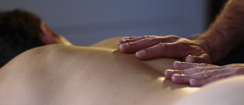 MT11 - Juste avant la fin du massage dorsal tao, par Bruno Deck - Masseur tantrique à domicile © Hélène Toulet